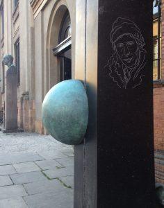fotografi af Inge Lehmanns monument ved Københavns Universitet